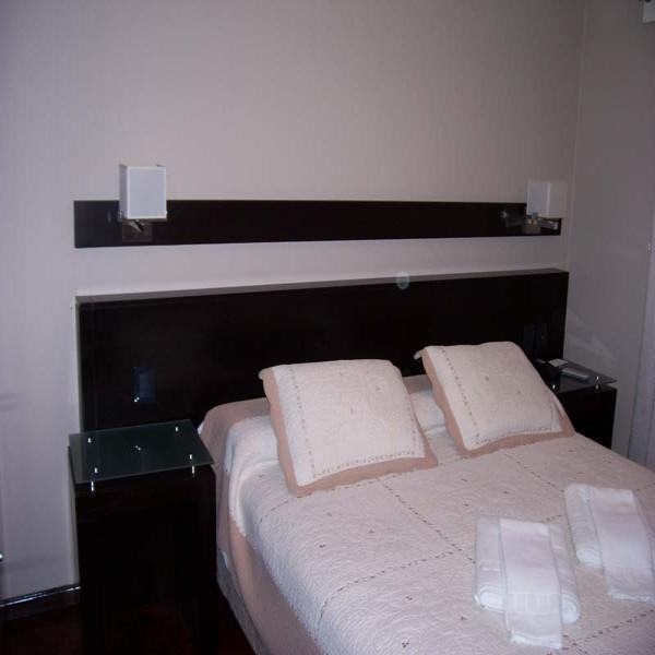 Diseno respaldar cama mesas de luz placard futones for Equipamiento para oficinas