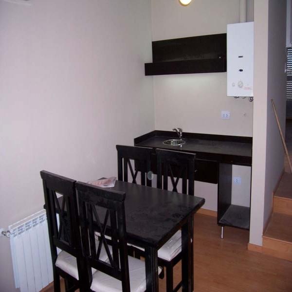 Diseno respaldar cama mesas de luz placard futones for Mesas y sillas de oficina