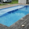 piscina con jacuzzi y deck de madera en Venado Tuerto