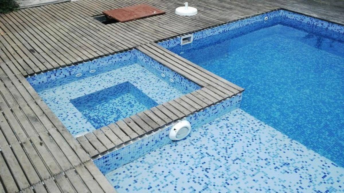 piscina con jacuzzi y deck de madera